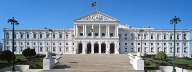Sindicatos marcaram greve e concentração em frente à Assembleia da República